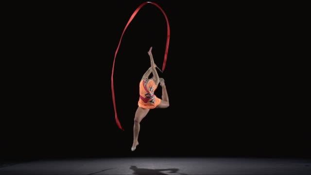 stockvideo's en b-roll-footage met slo mo ws studio shot of teenage (16-17) rhythmic gymnast practicing with ribbon - gymnastiek