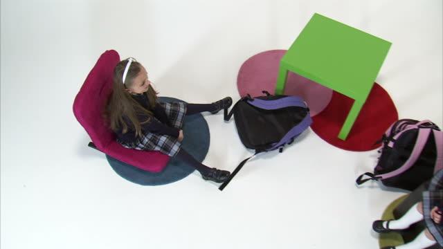 vídeos y material grabado en eventos de stock de ws cs ms studio shot of twin sisters (8-9) sitting on chairs / orem, utah, usa - cinta de cabeza