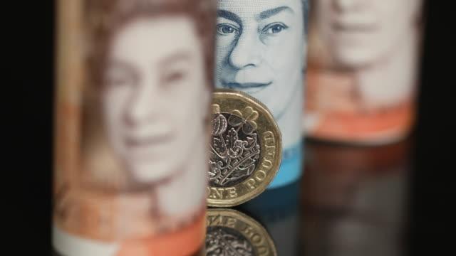 vídeos y material grabado en eventos de stock de studio shot of various denominations of pound notes and coins london uk on wednesday august 15 2018 - símbolo de la libra esterlina