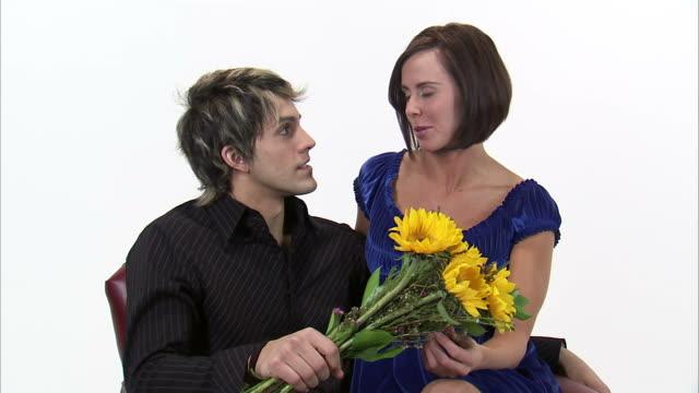 vídeos y material grabado en eventos de stock de ms zi studio shot of young couple sitting and talking, man holding bouquet of sunflowers / orem, utah, usa - en el regazo