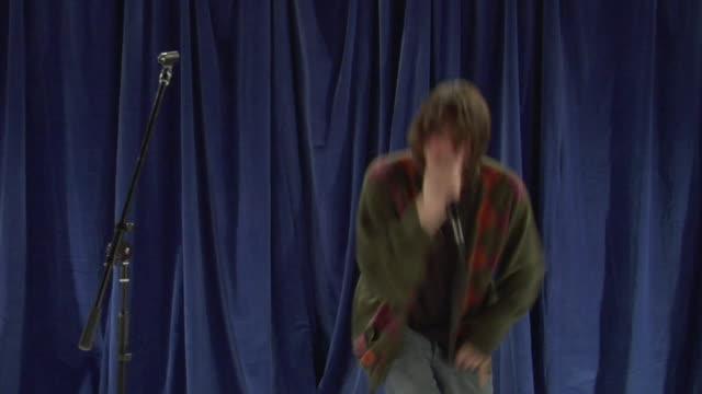 vídeos de stock e filmes b-roll de ms zo ws studio shot of young man singing and dancing - bater com a cabeça