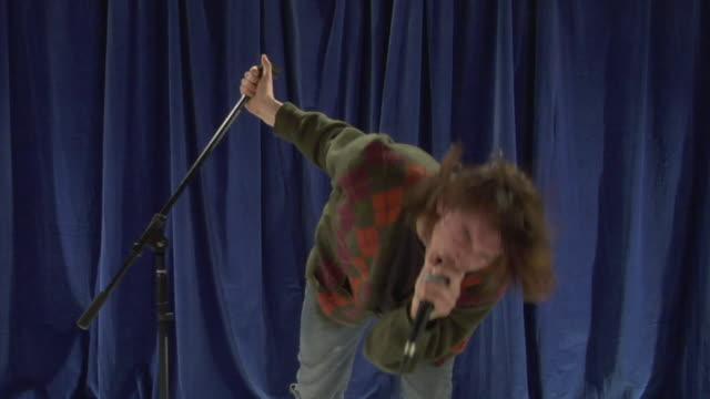vídeos de stock e filmes b-roll de ms tu studio shot of young man singing - bater com a cabeça