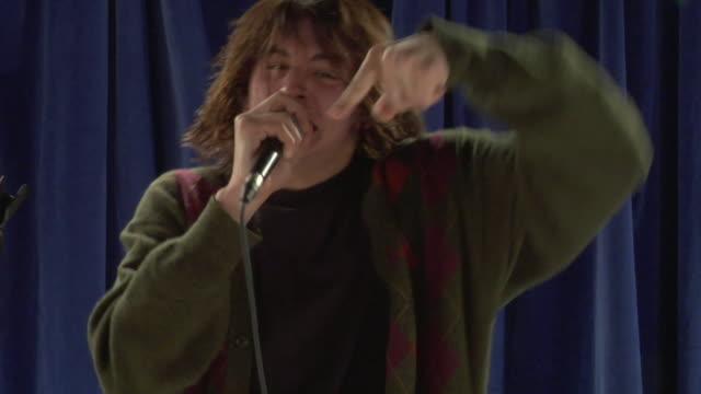 vídeos de stock e filmes b-roll de cu studio shot of young man singing - bater com a cabeça