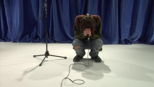 vídeos de stock, filmes e b-roll de zo ws studio shot of young man singing - rock moderno