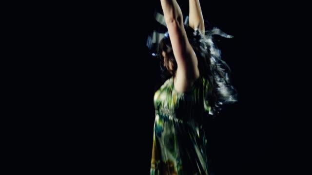 ms studio shot of young woman dancing - 歐瑞 個影片檔及 b 捲影像