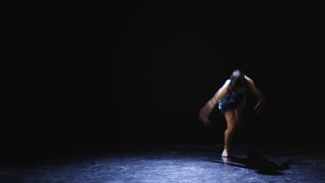 ws studio shot of young woman dancing - 歐瑞 個影片檔及 b 捲影像