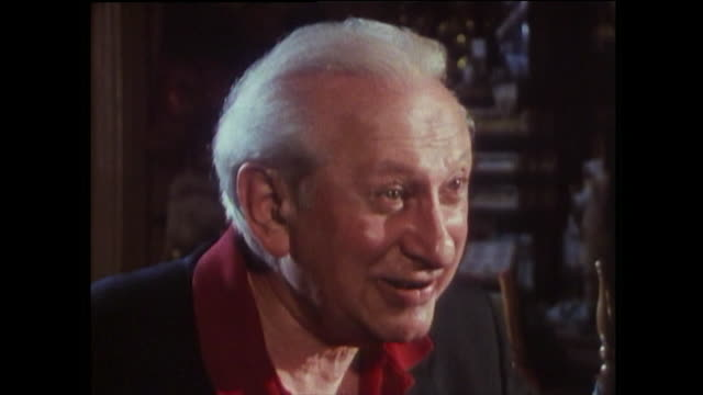 """vídeos de stock, filmes e b-roll de studs terkel, speaking in 1989, on chicago being corrupt and how the """"respectable"""" people secretly like the excitement it adds to their lives.... - chicago 'l'"""