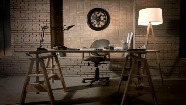 studienreferat im modernen büro - ziegelmauer stock-videos und b-roll-filmmaterial