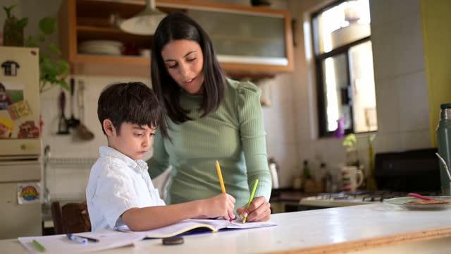 stockvideo's en b-roll-footage met thuis studeren. - familie met één kind