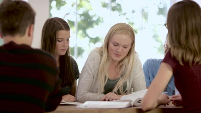 vídeos de stock, filmes e b-roll de estudando para o teste - aluna da escola secundária