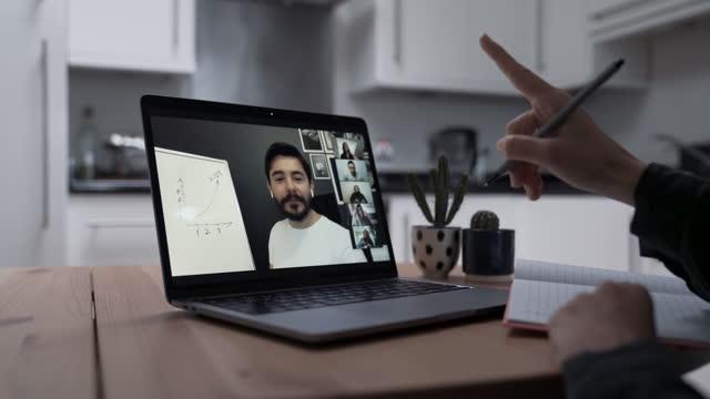 vídeos de stock, filmes e b-roll de estudando com aula online de vídeo em casa - distante