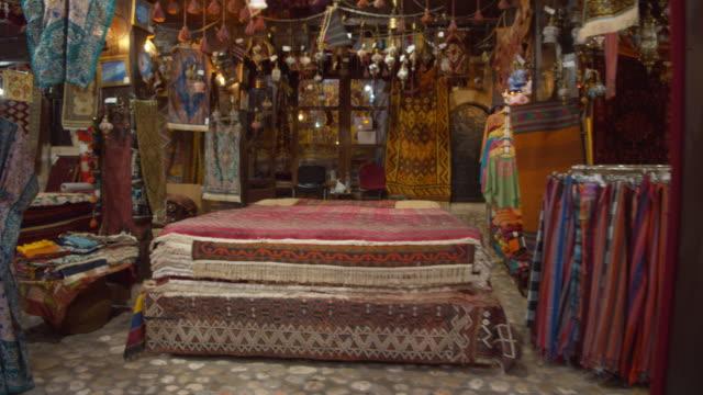 バザールの屋台で販売するwsのもの - お土産点の映像素材/bロール