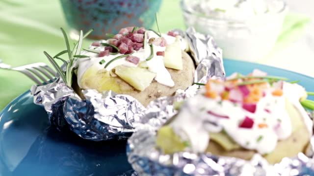 vidéos et rushes de pommes de terre au four farcies - groupe moyen d'objets