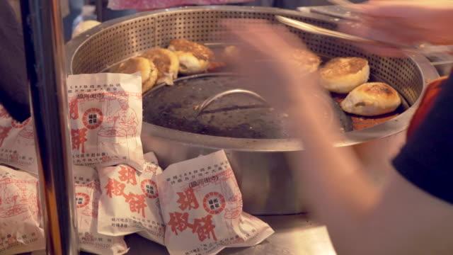 stuffed buns at night market in taipei, taiwan - 台北市点の映像素材/bロール