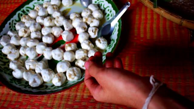 vídeos y material grabado en eventos de stock de masa de relleno pirámide de comida tailandesa postre - embalaje