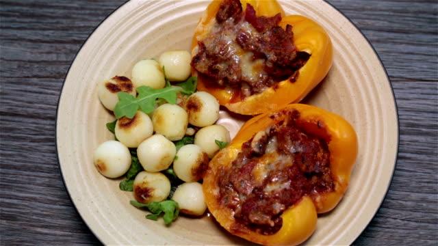 vídeos de stock e filmes b-roll de stuffed peppers rolamento em fundo de madeira - pimenteiro de mesa