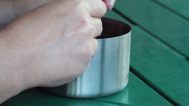 vídeos y material grabado en eventos de stock de rellenar una pipa humeante - boquilla producto relacionado con el tabaco