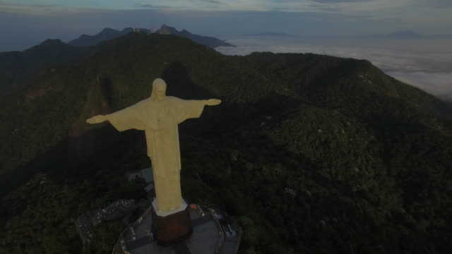 vídeos de stock, filmes e b-roll de stunning aerial view of christ the redeemer at sunrise in rio de janeiro brazil - baía de guanabara