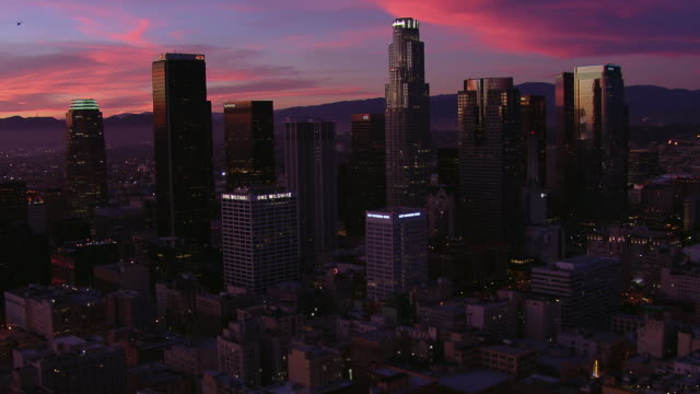 vidéos et rushes de stunning aerial view of downtown los angeles with a gorgeous sky after sunset. - crépuscule