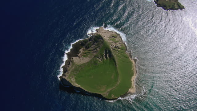 stockvideo's en b-roll-footage met stunning aerial view of manana island, a small islet off the windward coast of oahu. - oahu