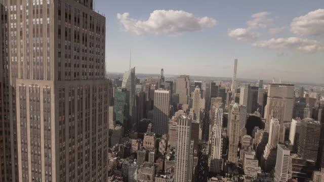vídeos de stock, filmes e b-roll de stunning aerial view of manhattan new york city - centro de manhattan