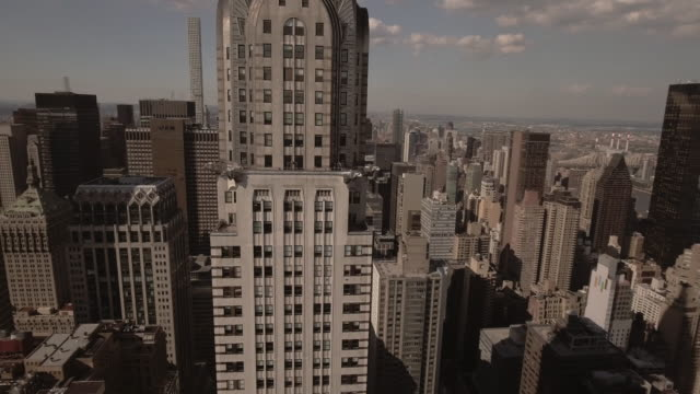 vídeos de stock, filmes e b-roll de stunning aerial view of manhattan new york city - prédio chrysler