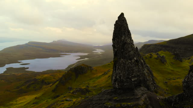 stunning aerial view of the old man of storr in the mountains of the skye island. - insel skye stock-videos und b-roll-filmmaterial