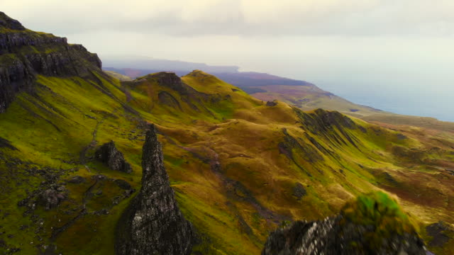 stunning aerial view of the old man of storr in the mountains of the skye island. - natürliches muster stock-videos und b-roll-filmmaterial