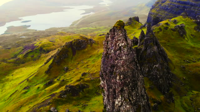 vídeos de stock, filmes e b-roll de stunning aerial view of the old man of storr in the mountains of the skye island. - escócia