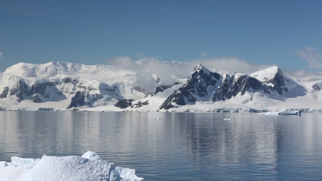 stunning and pristine glacial and mountain scenery in the gerlache strait separating the palmer archipelago from the antarctic peninsular off anvers island. the antartic peninsular is one of the fastest warming areas of the planet. - 寒帯気候点の映像素材/bロール