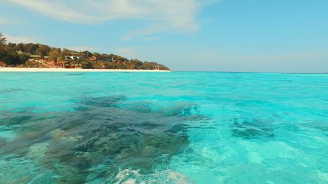 atemberaubenden blauen türkis meer auf tropischen inseln - cay insel stock-videos und b-roll-filmmaterial