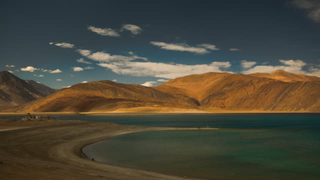 vídeos de stock e filmes b-roll de stunning blue water in mountain lake high up in the himalayan mountains - brightly lit