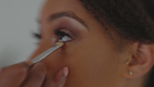 vídeos de stock e filmes b-roll de slo mo cu stunning bride gets her makeup done before her big day - maquilhagem