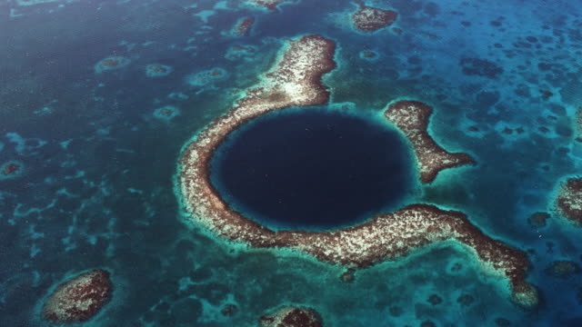 vídeos de stock, filmes e b-roll de stunning great blue hole of belize - recife fenômeno natural