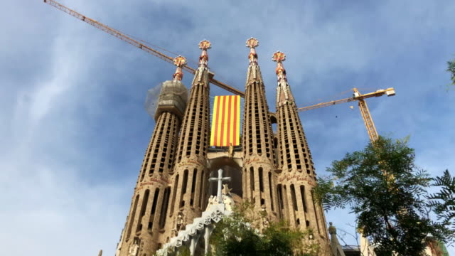 stunning hyper lapse of the sagrada familia in barcelona. - sagrada familia stock-videos und b-roll-filmmaterial