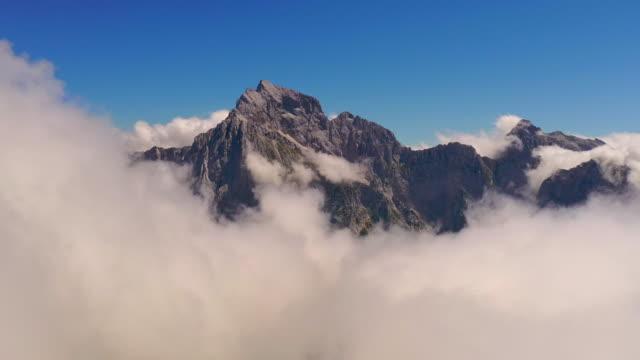 vídeos y material grabado en eventos de stock de aerial impresionantes alpes julianos en la niebla - paisaje espectacular