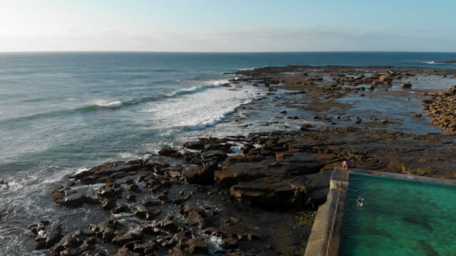 vídeos de stock, filmes e b-roll de stunning ocean pool on the grand pacific drive south of sydney - south pacific ocean