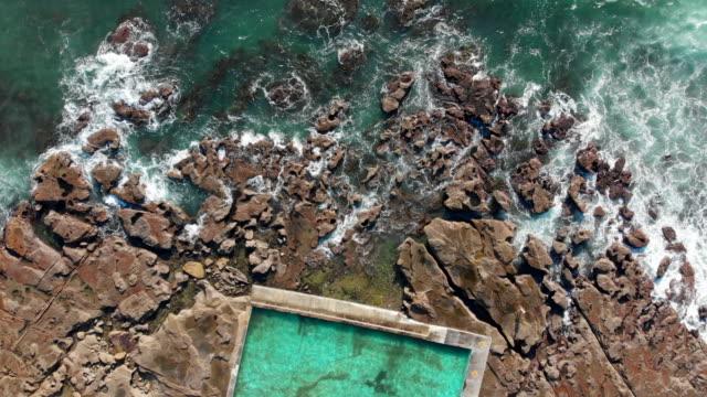 stunning ocean pool on the grand pacific drive south of sydney - gegensatz stock-videos und b-roll-filmmaterial