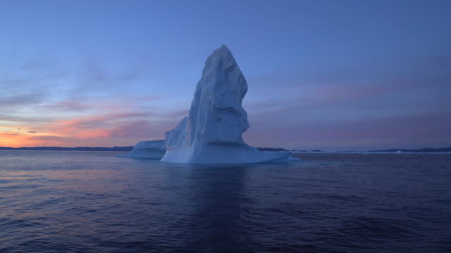 stunning shot of an icebergs floating in ocean - disko bay, greenland - 氷山点の映像素材/bロール
