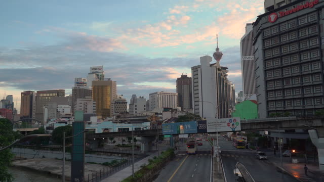 vídeos de stock, filmes e b-roll de stunning time-lapse of malaysia cityscape - torre menara kuala lumpur