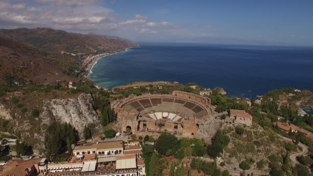 vídeos de stock, filmes e b-roll de a stunning view of ancient theatre of taormina by the sea in sicily, italy - teatro clássico