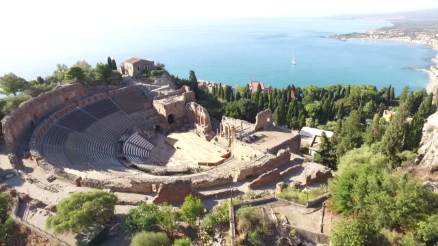 vidéos et rushes de a stunning view of ancient theatre of taormina by the sea in sicily, italy - style grec classique