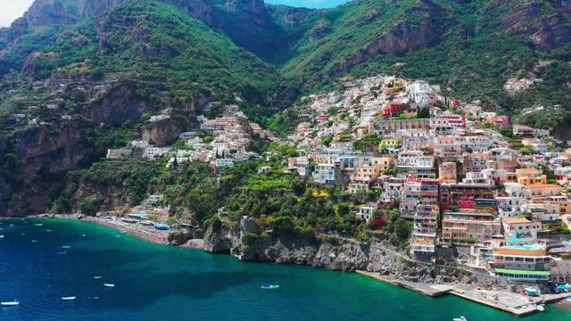 vídeos y material grabado en eventos de stock de impresionante vista de la bahía de positano, costiera amalfitana - italia - panorámica