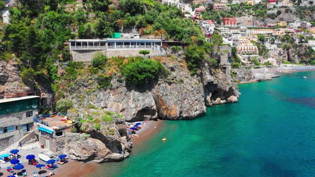 vídeos y material grabado en eventos de stock de impresionante vista de la playa de positano con bañistas. costiera amalfitana - italia - panorámica