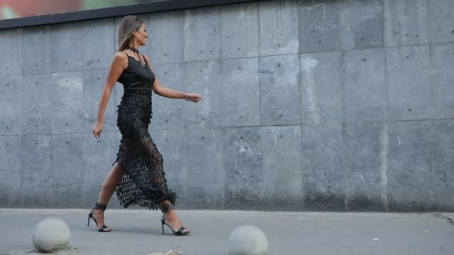 stunning woman - vestito nero video stock e b–roll