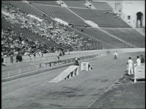 vídeos y material grabado en eventos de stock de 1946 montage stunt man performing on a motorcycle / los angeles, california, united states - truco