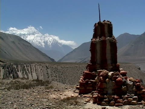 ms, stupa in mountain landscape, mustang- himalaya, nepal - placca di montaggio fissa video stock e b–roll