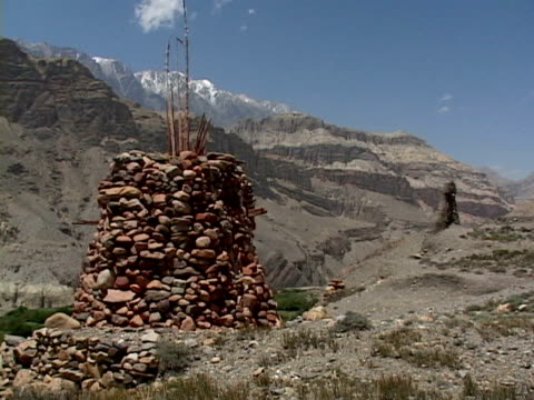 ms, stupa in mountain landscape, mustang- himalaya, nepal - stupa stock videos & royalty-free footage