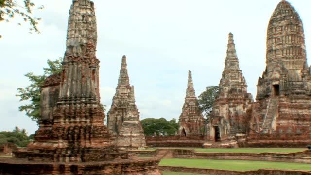 ws pan stupas at wat chaiwattanaramin, ayutthaya, thailand - アユタヤ県点の映像素材/bロール