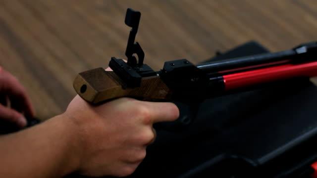 olympic stil waffe schießen - pistolenschießen stock-videos und b-roll-filmmaterial